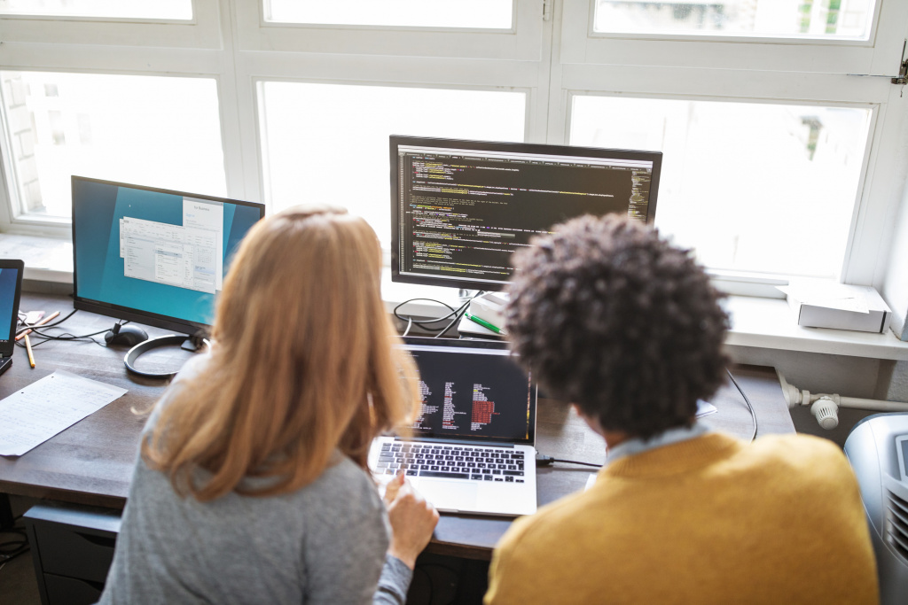Deux personnes en travail d'équipe devant un ordinateur